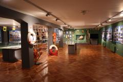 Sala muzealna przedstawiająca zbiór gadżetów żeglarskich.