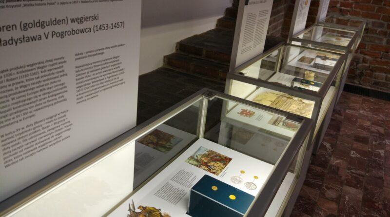 Gabinet numizmatyczny. Gabloty ze złotem.